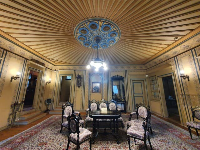 Hindliyan House interior - ceiling in entrance hall